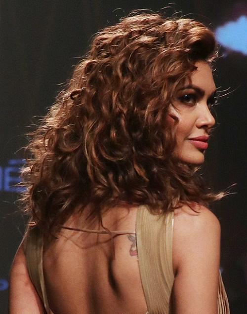 Vote: Do you like Esha Gupta's nude look?