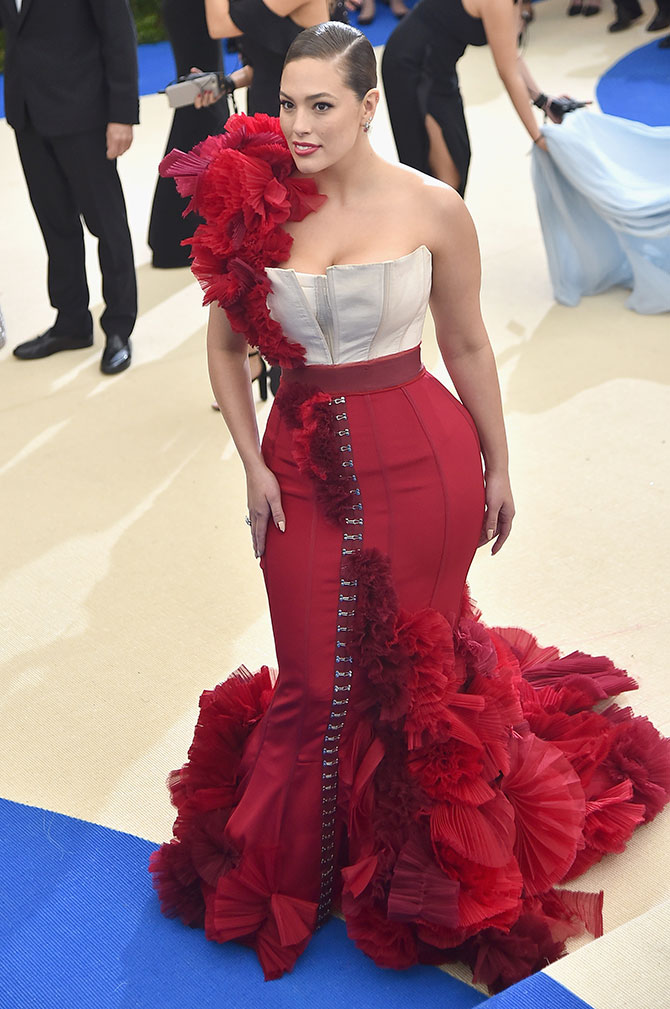 df3c473d943 IMAGE  Plus-size model Ashley Graham looked like she d walked out of her  craft class straight into the red carpet. Those ruffles