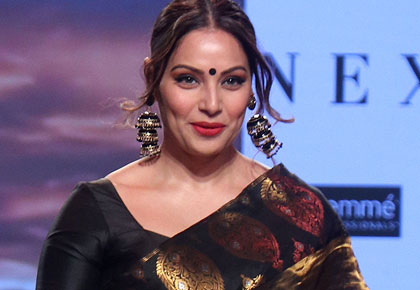 Hot alert! Bipasha, Tabu steal the show in saris