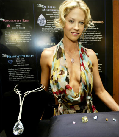 Actress Jenna Elfman wears the Steinmetz Pink diamond during the launch of The Splendour of Diamonds exhibit at the Smithsonian National Museum of Natural History in Washington, DC.