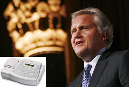 Jeffrey Immelt, GE CEO. (Inset) The Mac 400, an electrocardiogram that weighs only 1.1 kg.