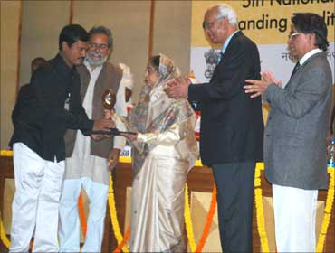 Muruganantham receives an award from President Prathibha Patil.