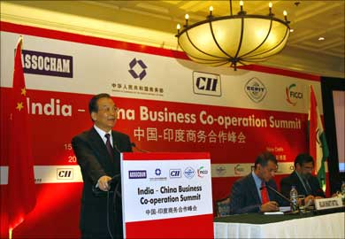 Chinese Premier Wen Jiabao (L) addresses business leaders at the India-China Business Cooperation Summit.