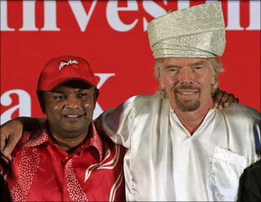 Britain's Virgin founder Richard Branson (R) and Malaysian AirAsia X CEO Tony Fernandes.