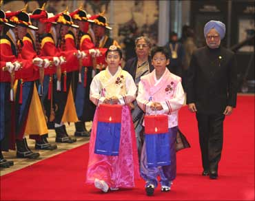 Prime Minister Manmohan Singh and his wife Gursharan Kaur arrive for dinner at the National Museum of Korea in Seoul on November 11, 2010.