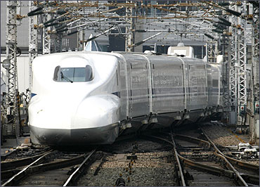 Japan Railway's N700 bullet train approaches a platform at Tokyo Station.