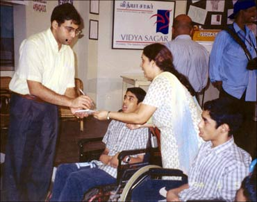 World Chess Champion Vishwanathan Anand greets Radha and her sons Sundar Ram and Sri Ram.