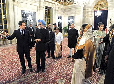 President Pratibha Patil welcomes France's President Nicolas Sarkozy and PM Manmohan Singh.