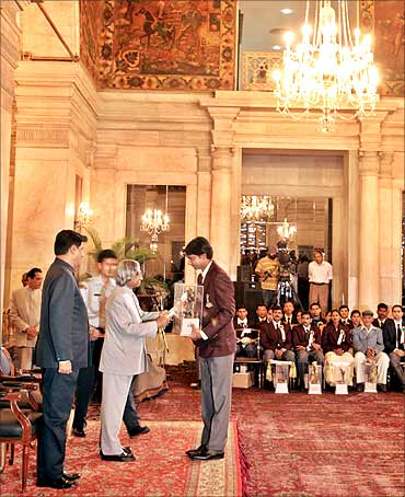 Indian golfer Jyoti Randhawa receives Arjuna Award from former President Abdul Kalam.