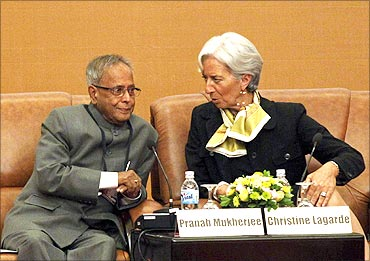 France's Finance Minister Christine Lagarde (R) chats with Finance Minister Pranab Mukherjee.