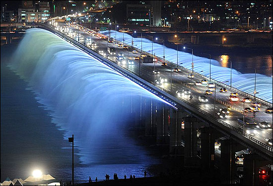 Banpo Bridge connects the southern and northern parts of Seoul that are separated by the Han River.