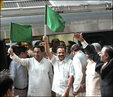 Kamal Nath flags off the Metro rail.