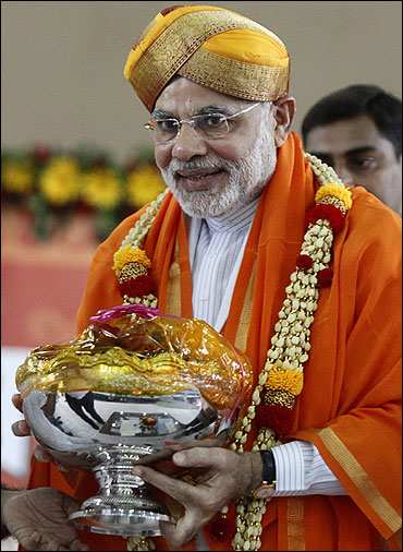 Modi being felicitated by his supporters