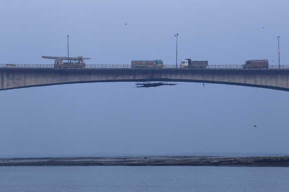 Vehicles drive across Mahatma Gandhi Setu bridge, built over river Ganges.
