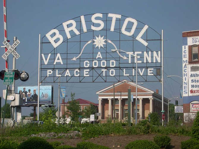 A sign that welcomes visitors to the twin cities of Bristol Tennessee/Virginia.