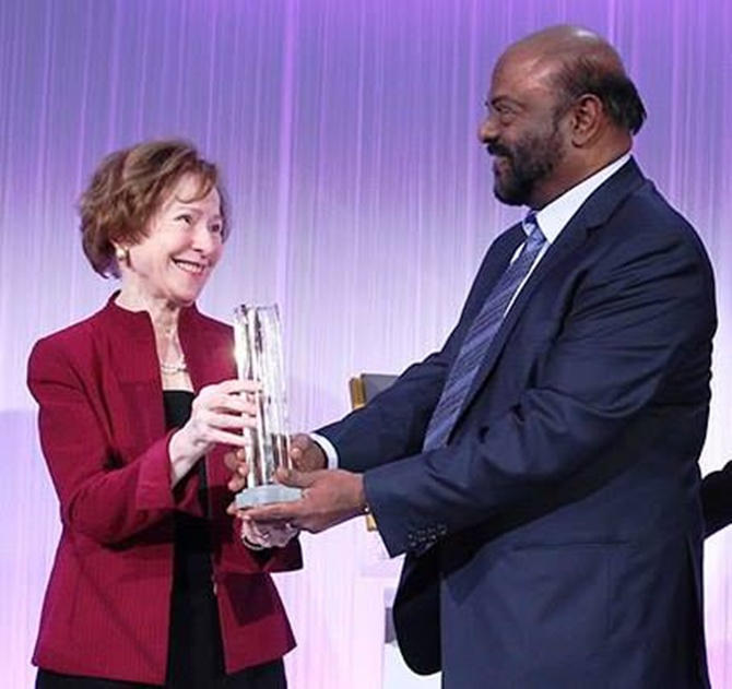 Shiv Nadar honoured with 2013 BNP Paribas prize for philanthropy.
