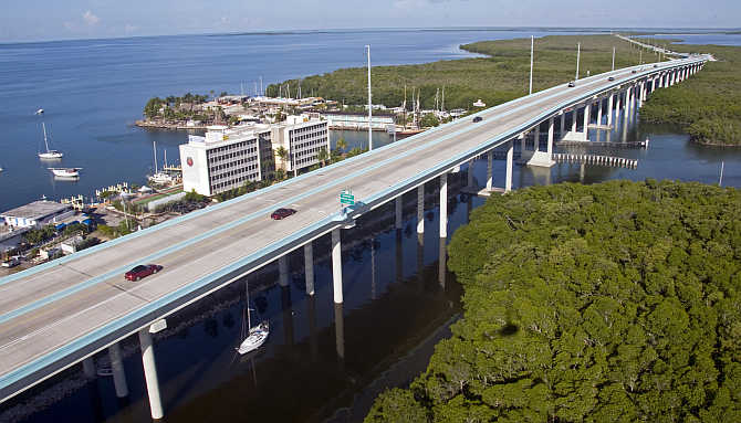 An aerial photograph shows traffic on the southern portion of the 18-Mile Stretch, a facet of US Highway 1 that connects South Florida with the Florida Keys in Key Largo, Florida.