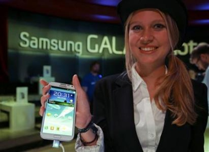 A model poses with the new Samsung Galaxy Note II tablet .