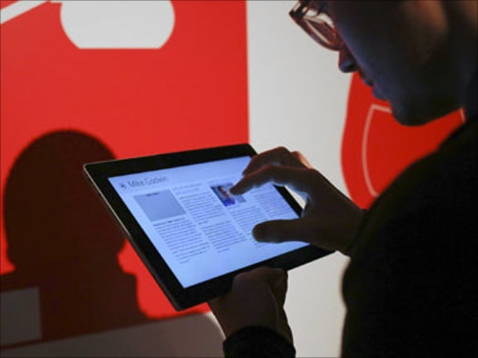 A member of the media use the Surface 2.