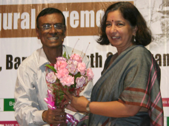 Chandra Shekhar Ghosh, Founder & Mentor, Bandhan felicitating Shikha Sharma, Managing Director & CEO, Axis Bank on the inaugural ceremony of Axis Bank Bandhan Holistic Assistance (ABHA) at Baruipur, West Bengal.