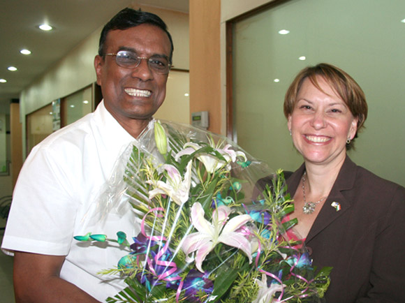 Beth A Payne, US Consul General being felicitated by C S Ghosh, CMD at the head office of Bandhan.