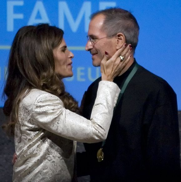 Maria Shriver (L) kisses Steve Jobs after being inducted into the California Hall of Fame in Sacramento.
