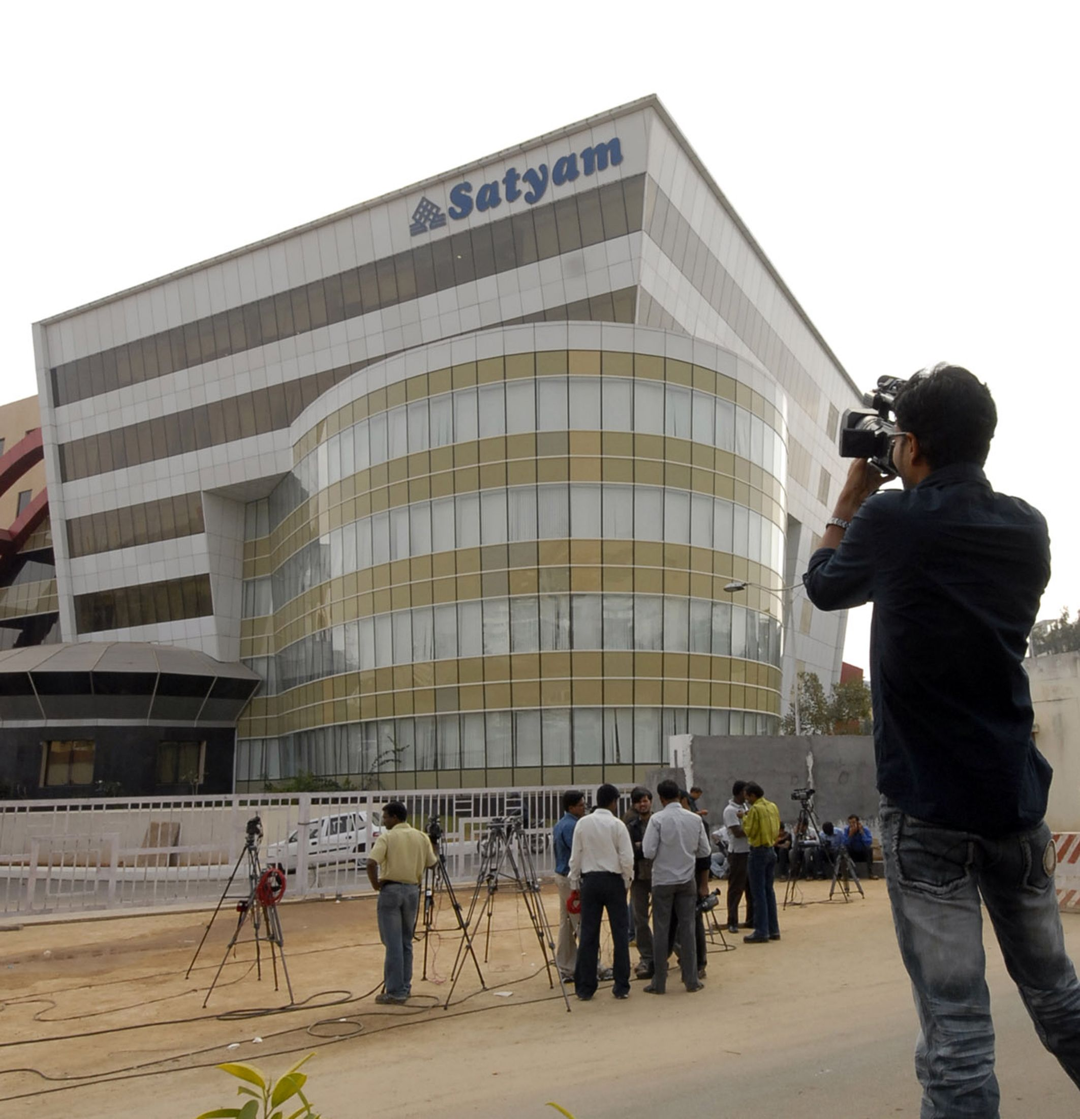 Media gather in front of Satyam headquarters in Hyderabad, after the scam broke out.