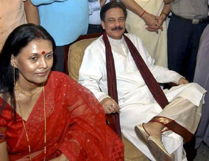 Subrata Roy (R), chairman of Sahara India, with wife Swapna.
