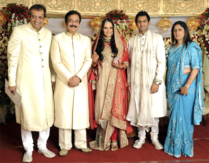 Indian tennis player Sania Mirza (C) and Pakistani cricketer Shoaib Malik (2nd R), flanked by Sania's parents, Imran Mirza (L) and Naseema Mirza (R), and Sahara India Chairman Subroto Roy.