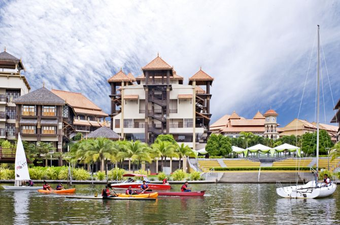 Water activities in Pullman Putrajaya Lakeside.