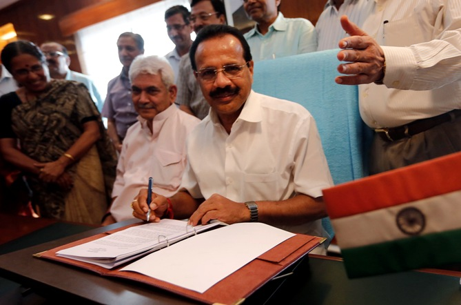 Railway Minister Sadananda Gowda (C) poses after giving the final touches to the Railway Budget.