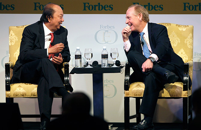 Dr. Tahir (L), Chairman and CEO of Indonesia's Mayapada Group, talks with Alan Quasha, Chairman and CEO of the U.S. Quadrant Management, during Forbes Global CEO Conference.