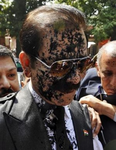 Subrata Roy with his face smeared in ink thrown by an unidentified man arrives at the Supreme Court.