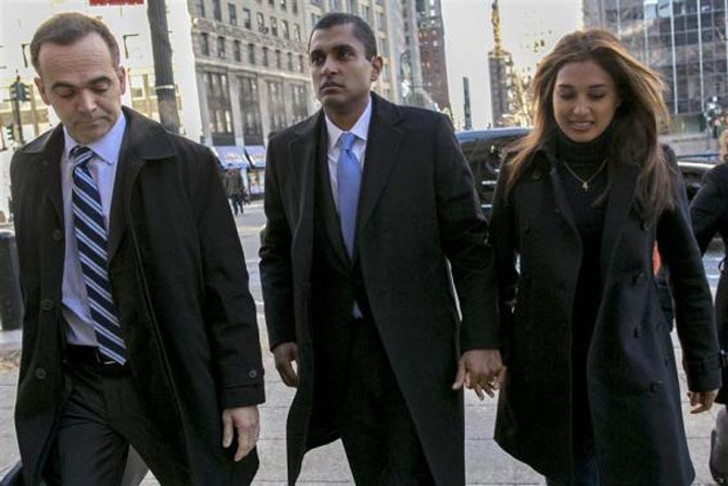 Former SAC Capital portfolio manager Mathew Martoma (C) arrives at the Manhattan Federal Courthouse with his lawyer (L) and an unidentified woman in New York, January 7, 2014.