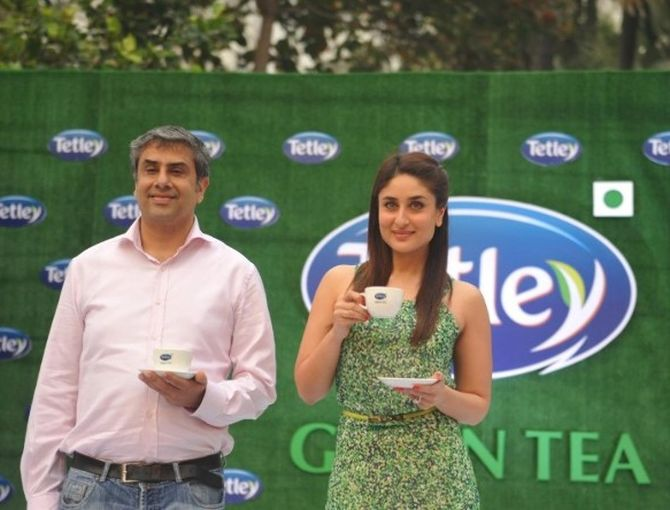 Kareena Kapoor with TATA Global Beverages Marketing VP Vikram Grover at the relaunch of Tetley Green Tea in Mumbai