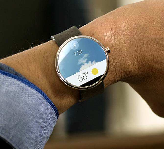 Android smartwatches will connect wirelessly to a mobile phone.