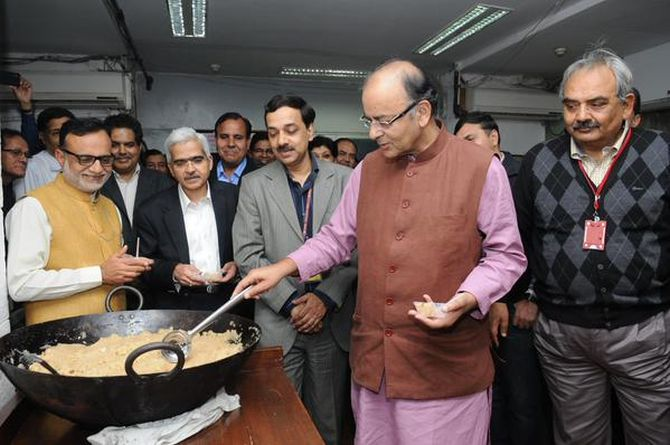 Finance Minister Arun Jaitley with the budget-eve halwa. Photograph: PIB on Twitter.