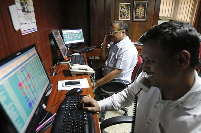 Sensex extends gains, reclaims 32K-mark on F&O expiry