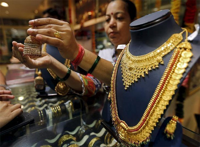 Jewellers try to push old stock before GST roll-out