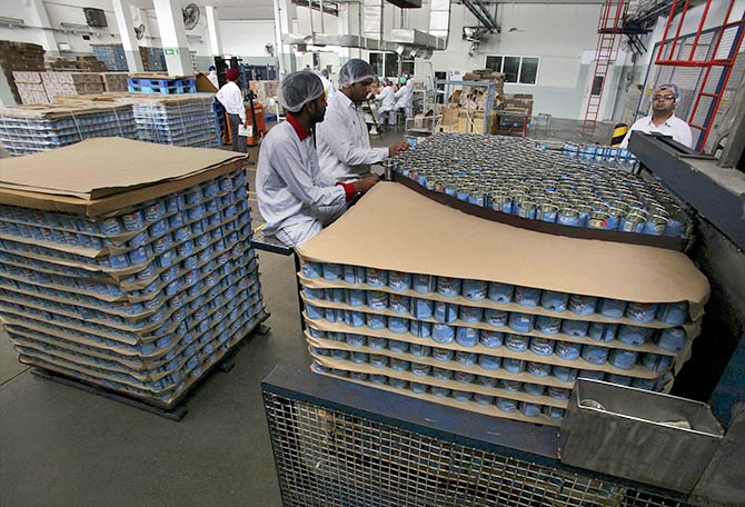 Employees pack tins of sweetened condensed milk inside Nestle's factory in Moga district in the northern state of Punjab, India, June 16, 2015. Photo: Munish Sharma/Reuters
