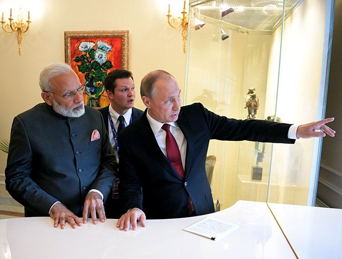 Russian President Vladimir Putin (R) speaks with Indian Prime Minister Narendra Modi during a meeting on the sidelines of the St. Petersburg International Economic Forum (SPIEF), Russia, June 1, 2017. Photo: Sputnik/Alexei Druzhinin/Kremlin via Reuters