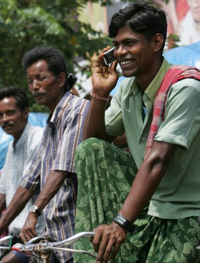 A rickshaw puller speaks on a mobile phone in the northeastern Indian city of Siliguri August 24, 2007. Nokia, the world's top cellphone maker said on Thursday India overtook the United States in the second quarter to become its second-biggest market by sales after China. Photo: Rupak De Chowdhuri/Reuters