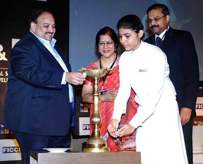 CBI detains Gitanjali's vice president at Mumbai airport