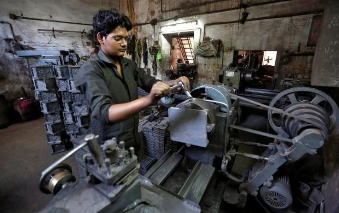 As slowdown becomes worse, factory investment sinks
