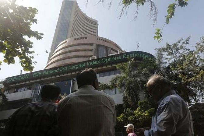 Markets end flat on lacklustre global cues