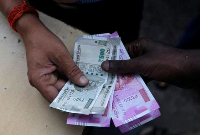 Rupee free fall continues, plunges to new life low of 71.21/$