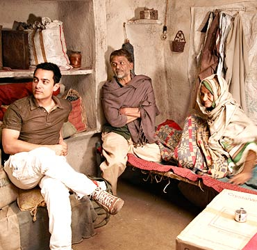 Aamir Khan with the cast of Peepli Live