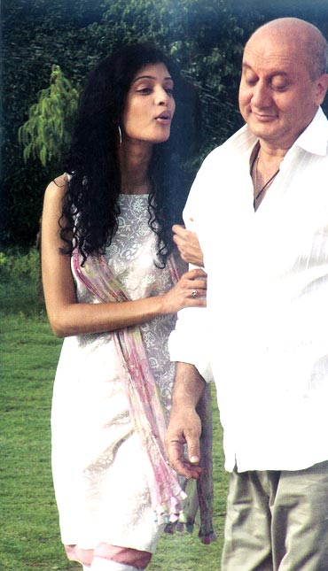 Tena Desai and Anupam Kher in Yeh Faasley