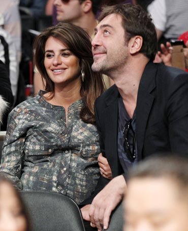 Penelope Cruz and Javier Bardem attend an NBA basketball game