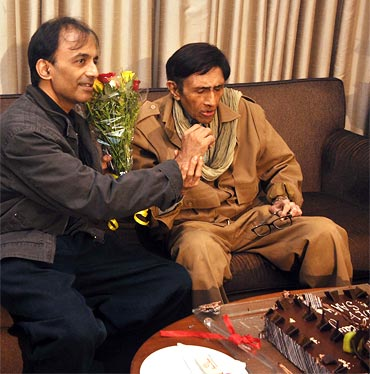 Dev Anand son Suneil feeds cake piece to him